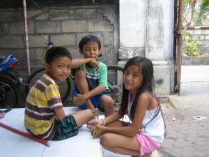 Kadeh, dochtertje van Made en Ketut met twee vriendjes