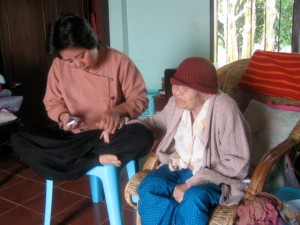 Pikul knipt de nagels van haar oude moedertje