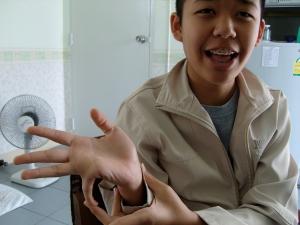 Niet alleen Tonmai's vingers maken hem geschikt voor het gracieuze Thai-dancing