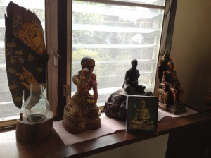 Op de foto is het stof niet te zien. Ook niet de spinrag meermee het handje van de vrouwelijke boeddha aan haar knietje is vastgeweven