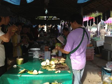 Jonge kokosnoot, boordevol gezondheid.Hij ordt voor je in een hanteerbare vorm gesneden, dekseltje er in gehakt, rietje erin, en drinken maar
