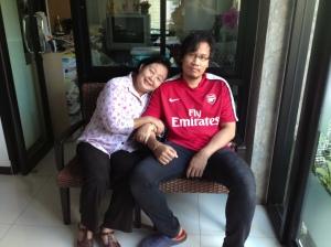 Khun Nine, eigenares van het guesthouse met haar zeer verlegen zoon